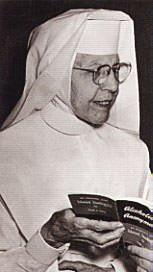 photo of sr ignatia reading the big book of aa